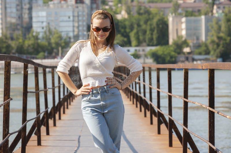 Jovem mulher no cais no rio fotografia de stock