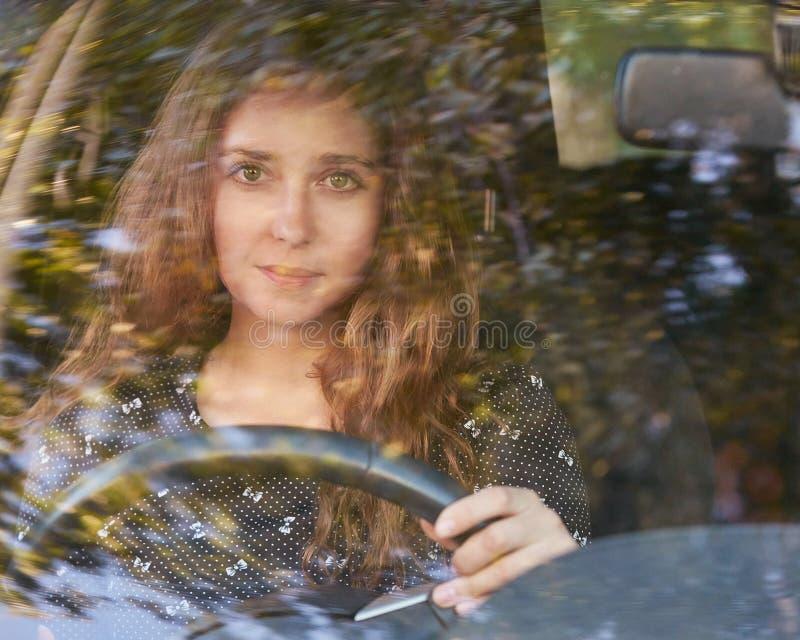 Jovem mulher no carro Instrução do passeio Empréstimo de automóvel fotografia de stock