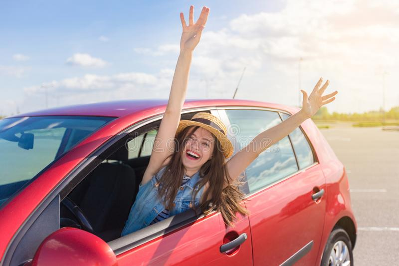 Jovem mulher no carro Menina que conduz um carro fotos de stock royalty free