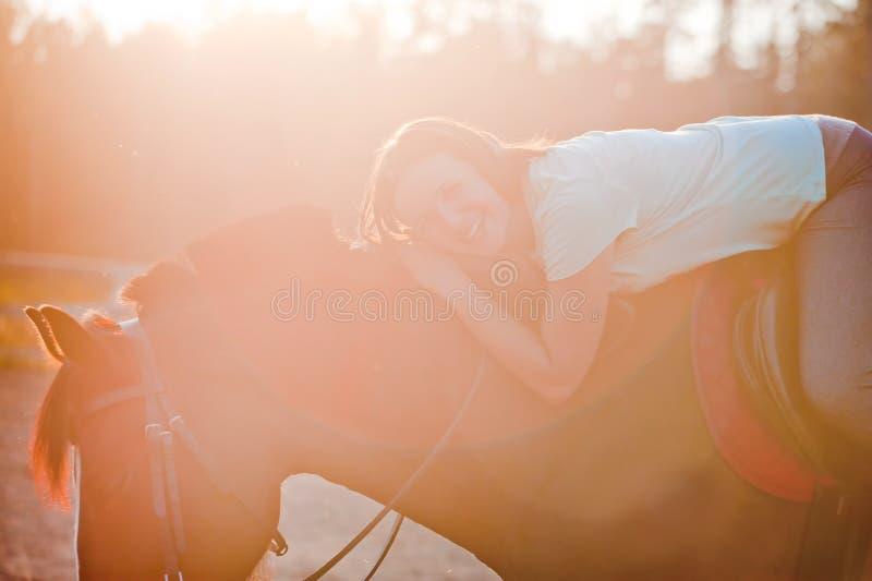 Jovem mulher no cavalo fotos de stock royalty free