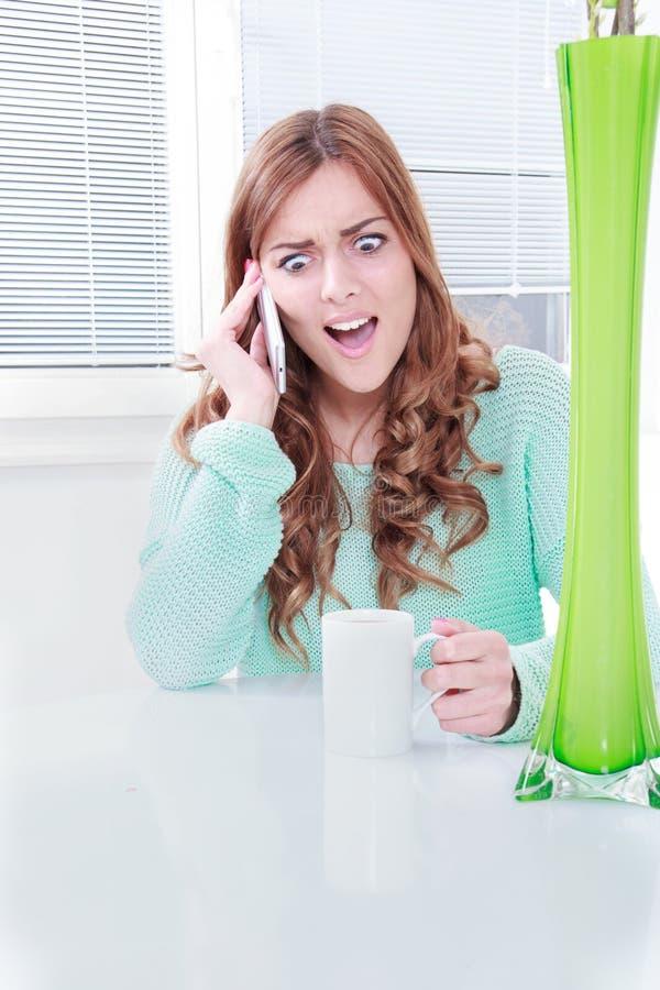 Jovem mulher no celular com reação negativa fotografia de stock