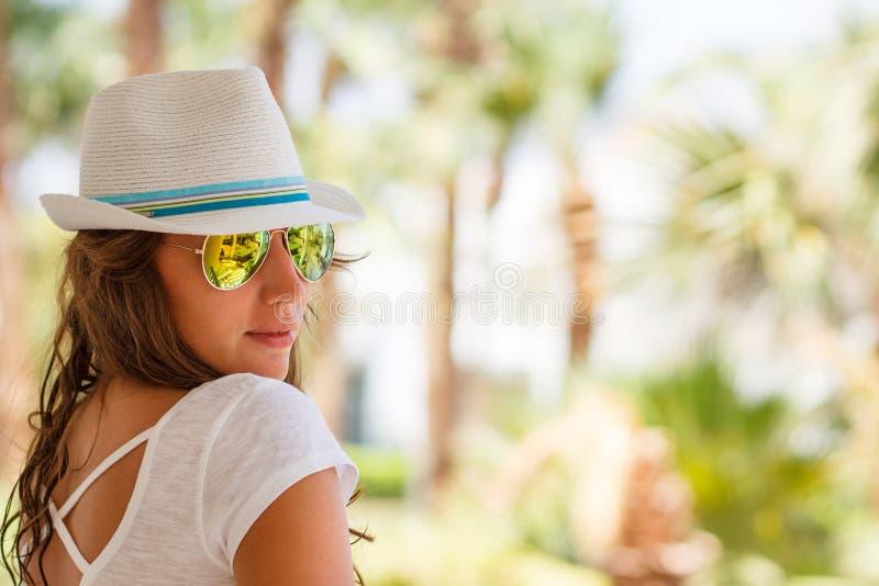 A jovem mulher no chapéu branco aprecia férias de verão foto de stock royalty free