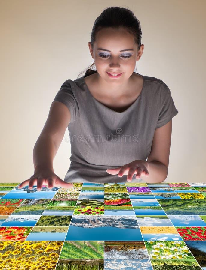 A jovem mulher no conceito abstrato com fotos da natureza imagens de stock royalty free