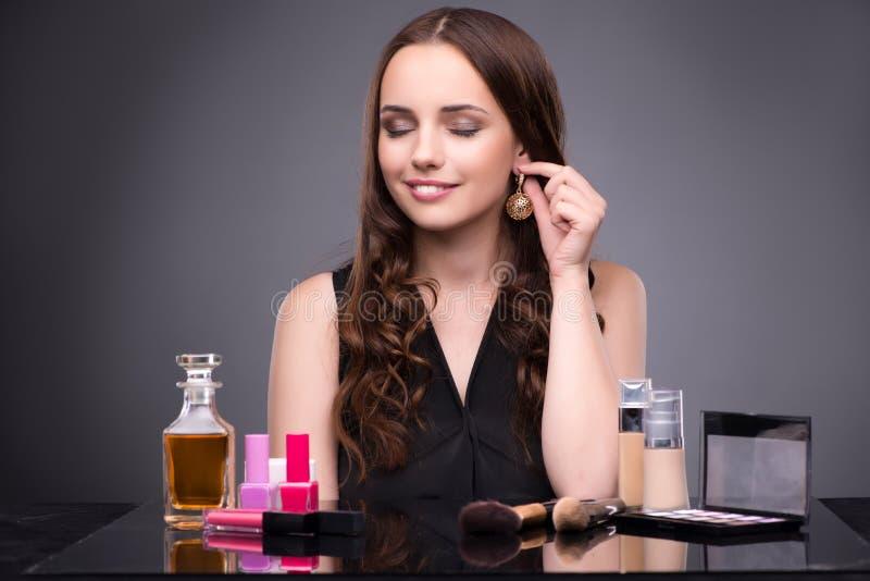 A jovem mulher no conceito da composição da beleza imagens de stock
