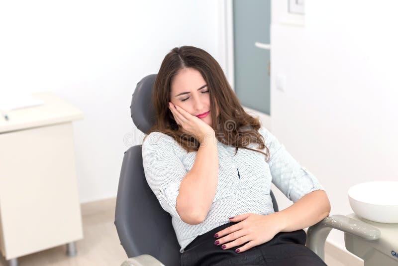 Jovem mulher no dentista imagem de stock