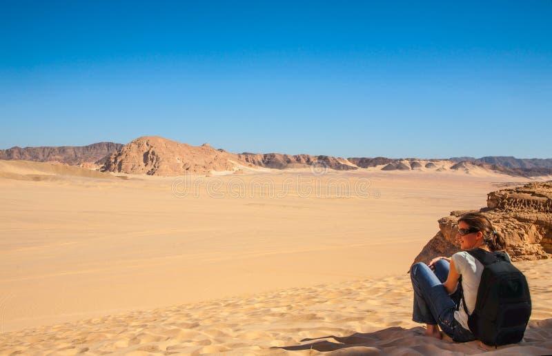 Jovem mulher no deserto de Sinai fotos de stock