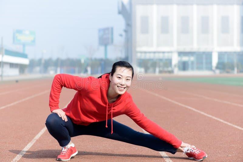 Jovem mulher no desgaste do esporte que faz o esporte foto de stock royalty free