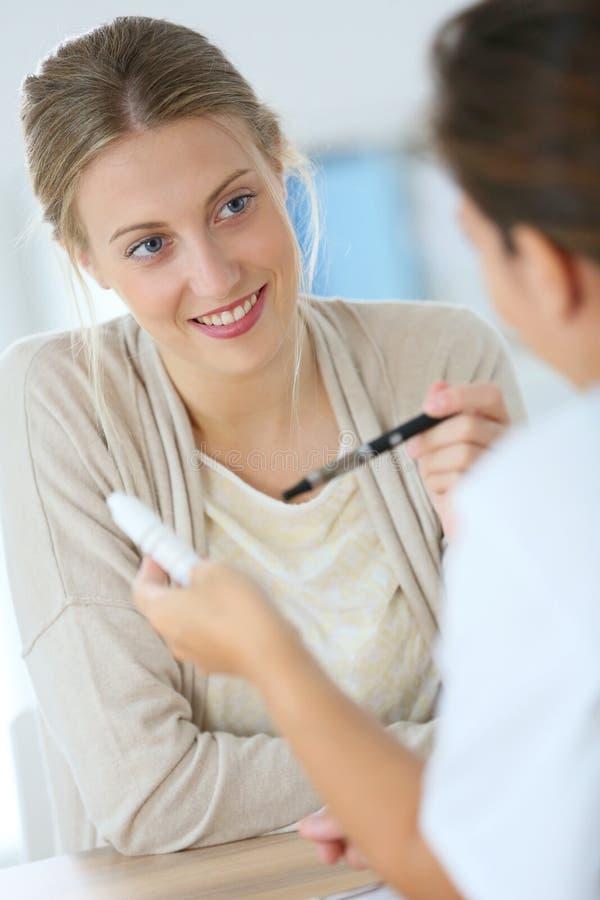 Jovem mulher no doutor com cigarro eletrônico fotografia de stock royalty free