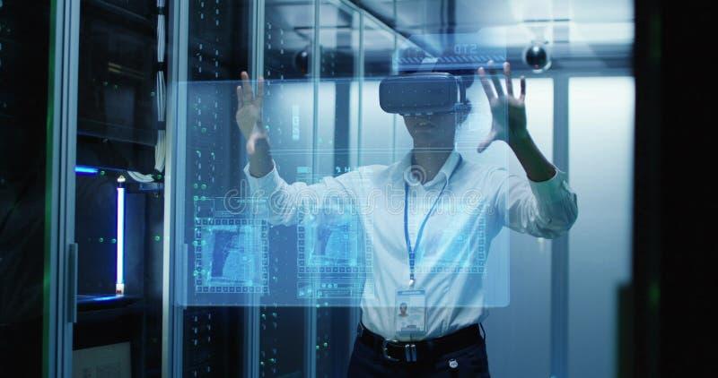 Jovem mulher no funcionamento de vidros de VR em um centro de dados foto de stock royalty free