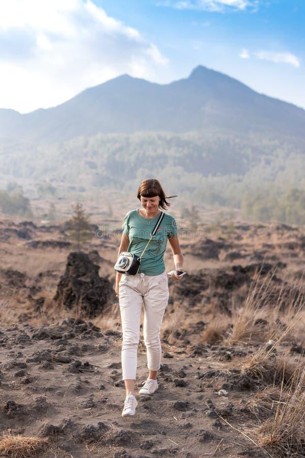 Jovem mulher no fundo de Batur do vulcão Ilha de Bali foto de stock