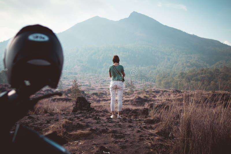 Jovem mulher no fundo de Batur do vulcão Ilha de Bali imagem de stock