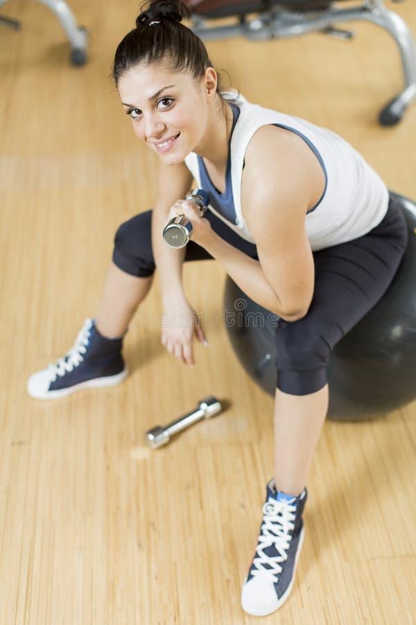 Jovem mulher no gym imagem de stock