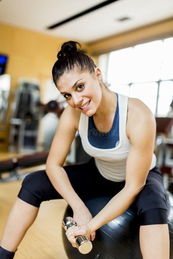 Jovem mulher no gym imagens de stock royalty free