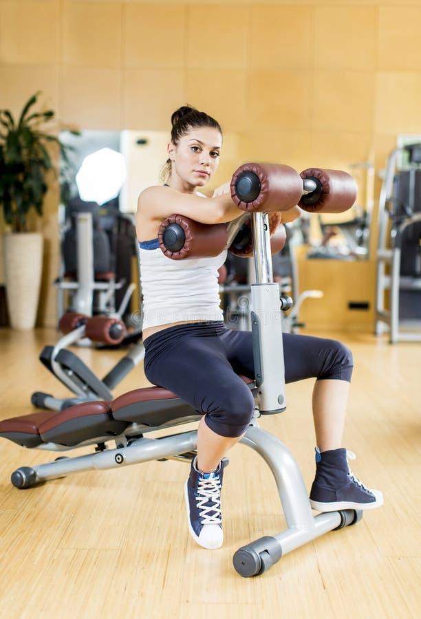 Jovem mulher no gym imagem de stock royalty free