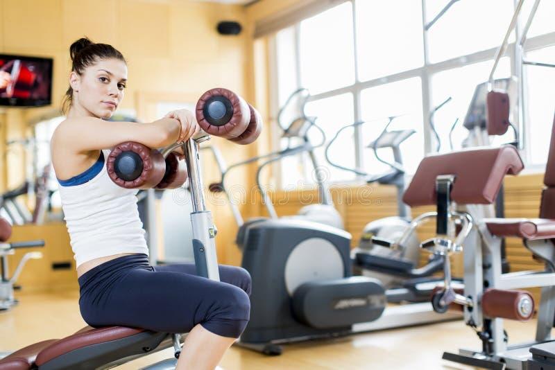 Jovem mulher no gym foto de stock
