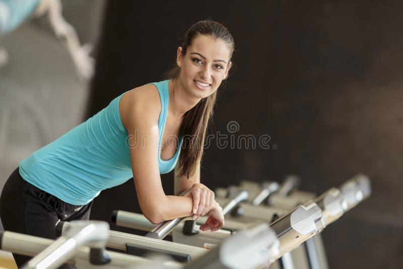 Jovem mulher no gym fotografia de stock