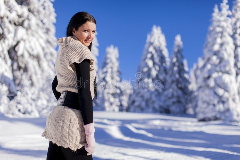 Jovem mulher no inverno fotos de stock royalty free