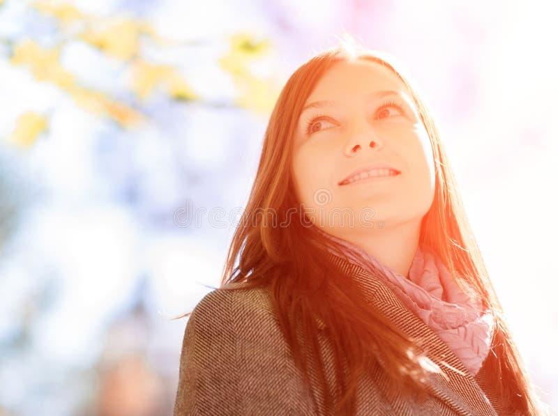Jovem mulher no jardim da mola fotos de stock royalty free