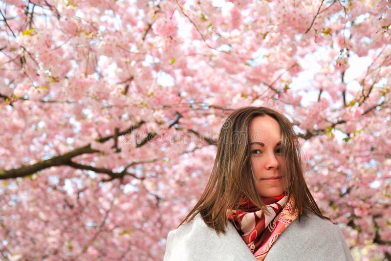 Jovem mulher no jardim da mola foto de stock