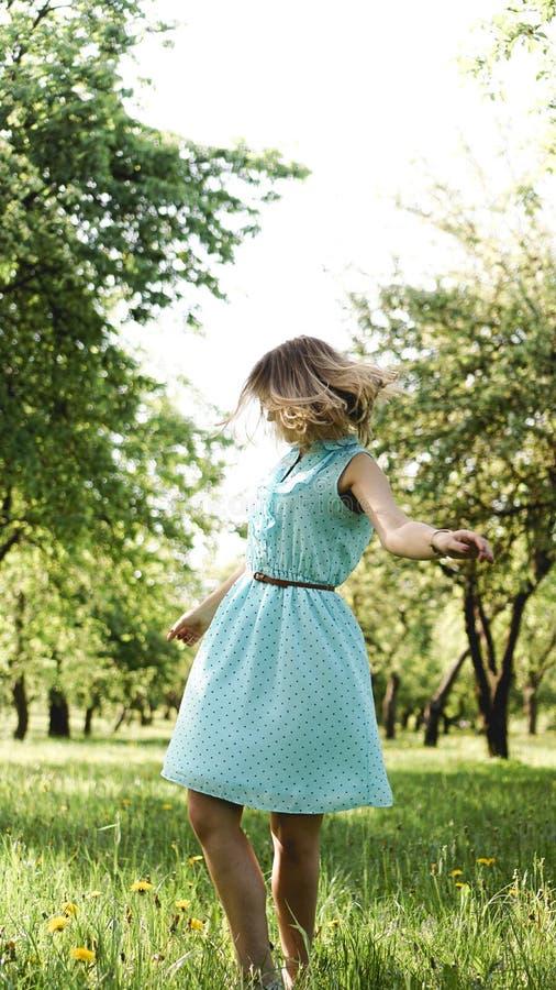Jovem mulher no jardim ensolarado Dia de ver?o exterior Conceito da liberdade imagens de stock