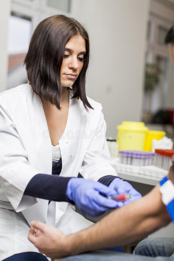 Jovem mulher no laboratório médico fotografia de stock