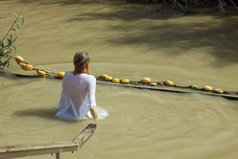 Jovem mulher no local do batismo em Jordan River israel fotografia de stock royalty free