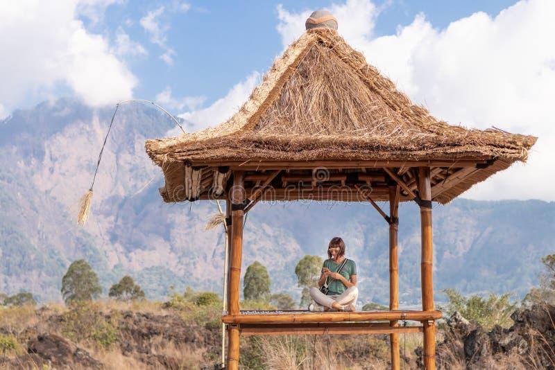 Jovem mulher no miradouro tradicional do balinese imagens de stock royalty free