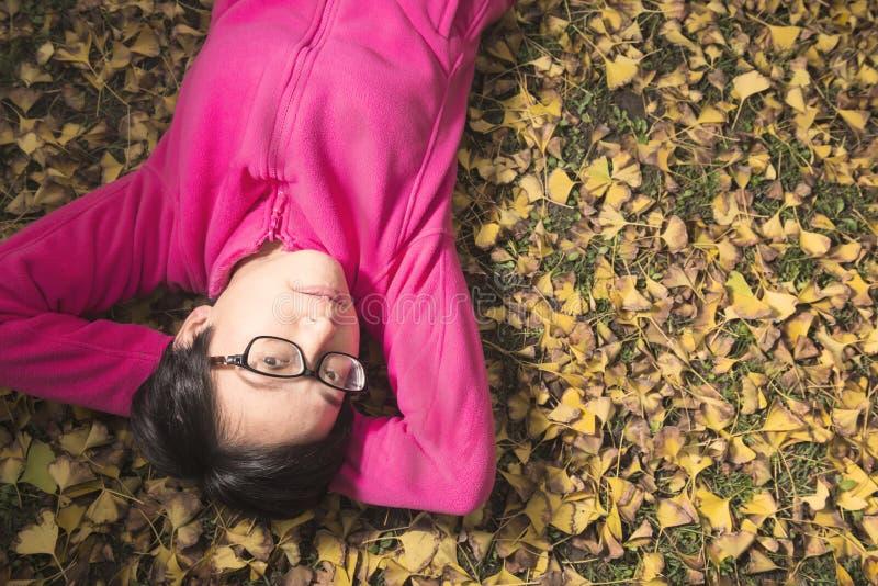 Jovem mulher no outono foto de stock royalty free