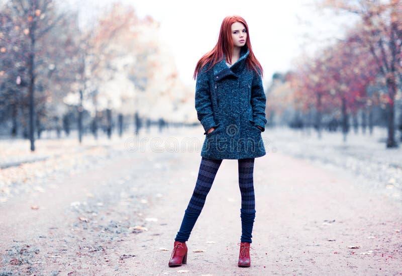 Jovem mulher no parque imagem de stock royalty free