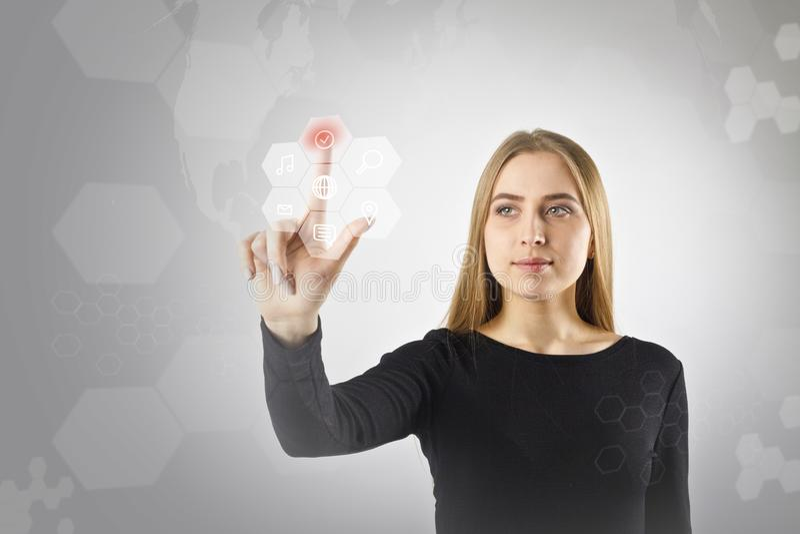 A jovem mulher no preto está empurrando o botão Conceito inovativo da tecnologia fotos de stock
