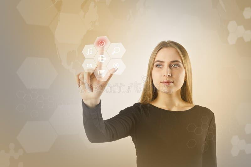 A jovem mulher no preto está empurrando o botão Conceito inovativo da tecnologia imagens de stock