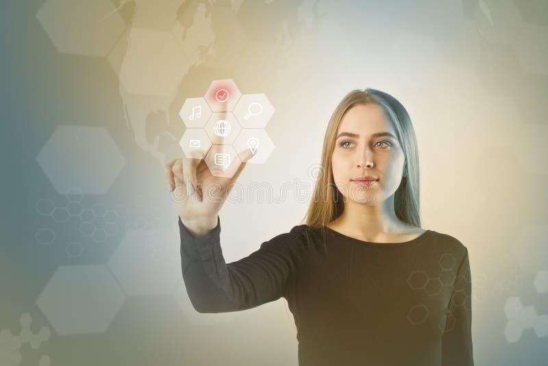 A jovem mulher no preto está empurrando o botão Conceito inovativo da tecnologia fotos de stock royalty free