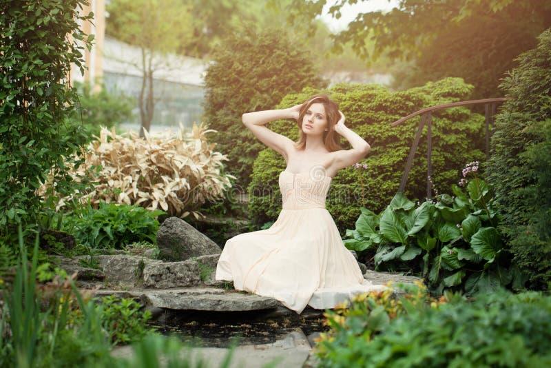 Jovem mulher no retrato exterior do jardim japonês fotos de stock