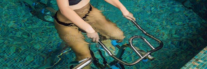 Jovem mulher no simulador subaquático na BANDEIRA da associação, formato longo da bicicleta fotos de stock royalty free