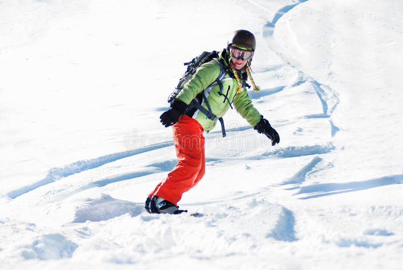 Jovem mulher no snowboard fotografia de stock royalty free