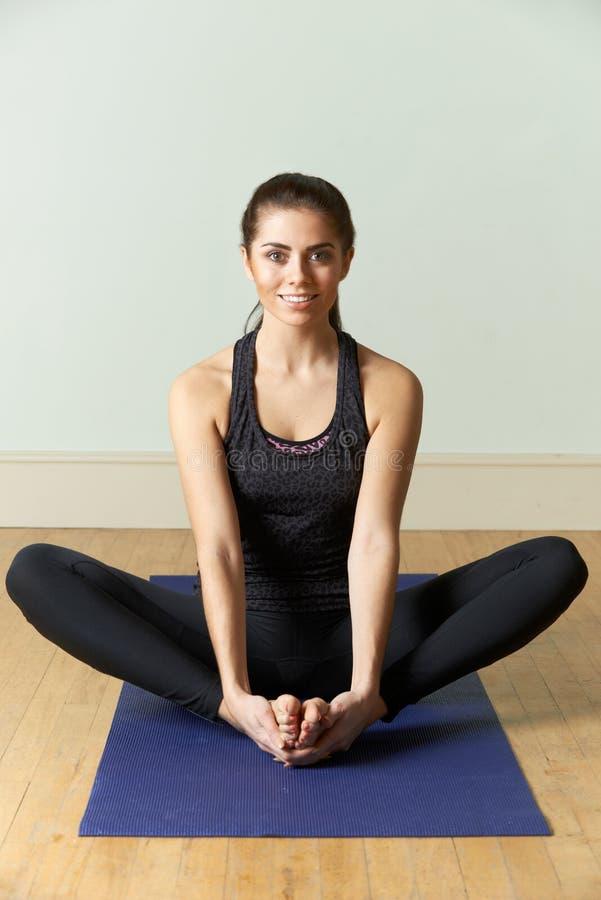 Jovem mulher no Sportswear que exercita na esteira fotos de stock royalty free