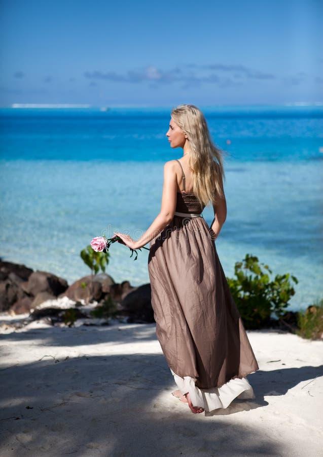 Jovem mulher no sundress longos em uma praia tropical polynesia fotografia de stock