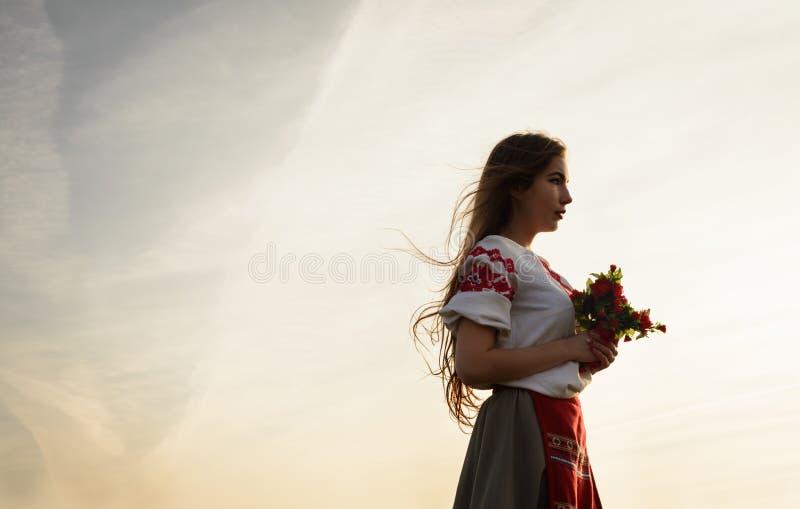 Jovem mulher no terno original nacional bielorrusso eslavo fora fotos de stock