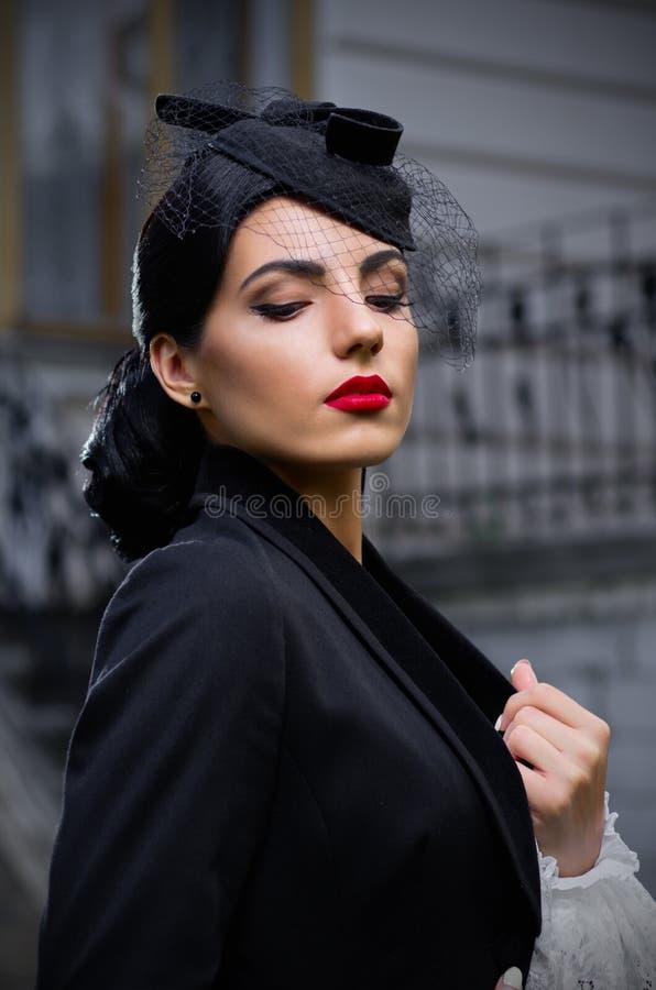 Jovem mulher no traje antigo (ver normal) imagem de stock royalty free