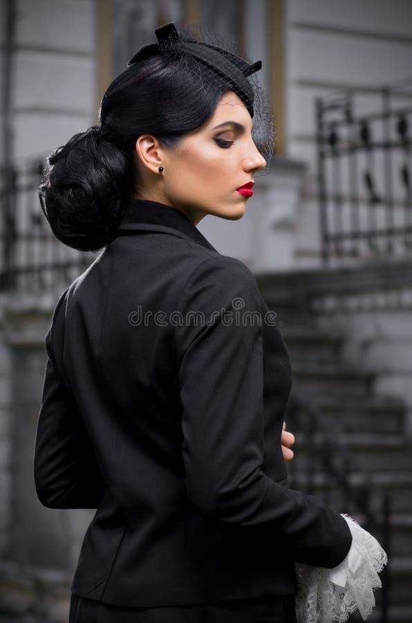 Jovem mulher no traje antigo (ver normal) fotografia de stock royalty free