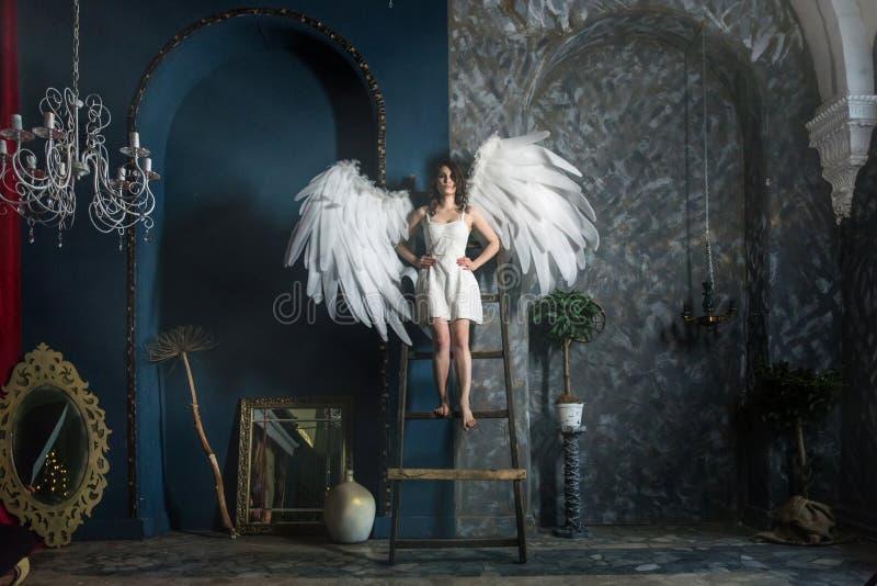 Jovem mulher no traje do anjo fotos de stock royalty free