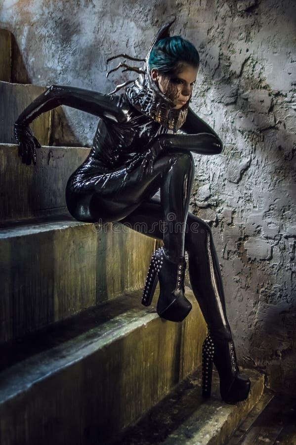 Jovem mulher no traje preto da fantasia foto de stock