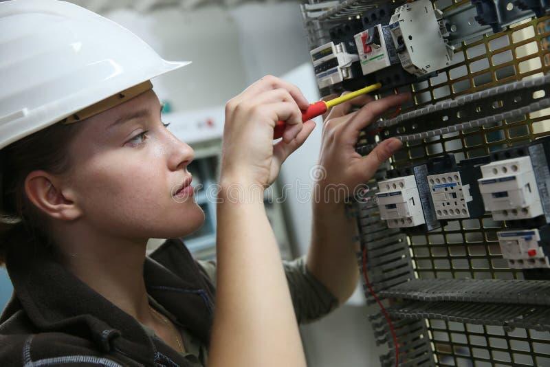Jovem mulher no treinamento profissional da eletrônica imagem de stock
