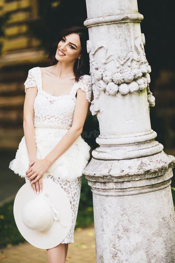 Jovem mulher no vestido branco na rua foto de stock royalty free