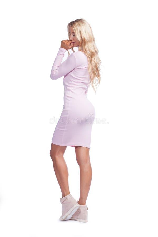 Jovem mulher no vestido pele-apertado cor-de-rosa foto de stock