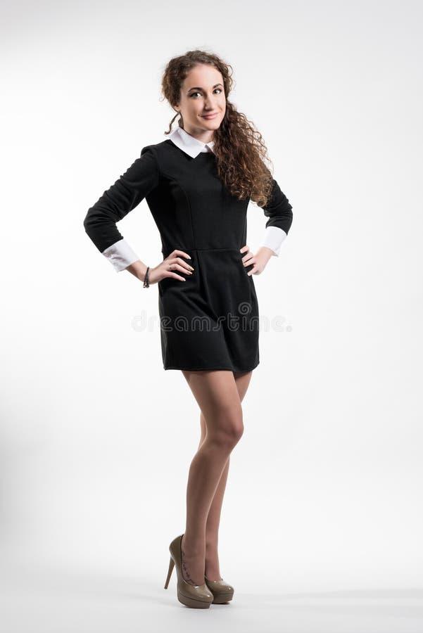 Jovem mulher no vestido preto fotografia de stock