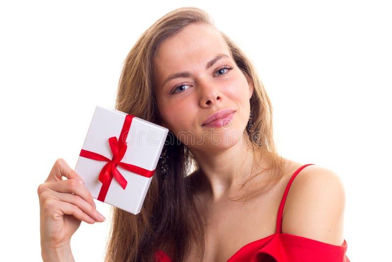Jovem mulher no vestido vermelho que guarda o presente fotos de stock