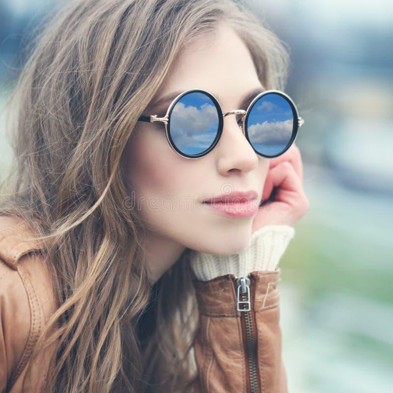 Jovem mulher nos óculos de sol fora Cara da fêmea do close up fotos de stock royalty free