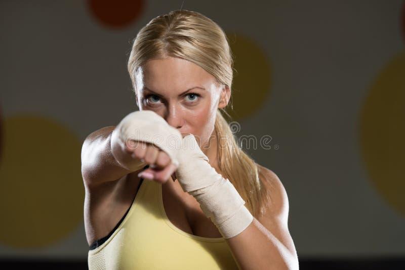 Jovem mulher o lutador imagens de stock