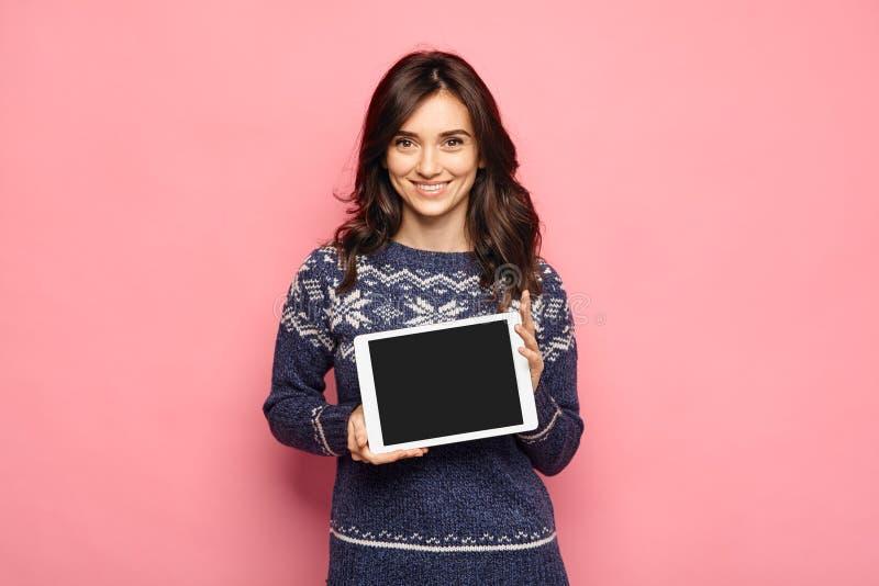 Jovem mulher ocasional que mostra uma tela preta da tabuleta fotos de stock